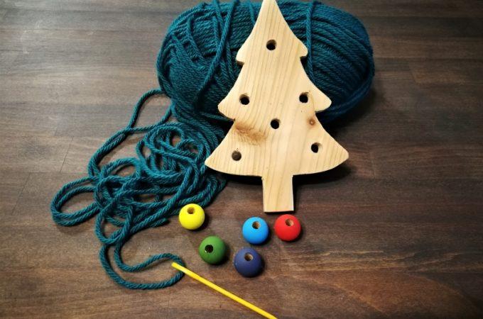 DIY świąteczna drewniana przewlekanka z bombkami – choinka