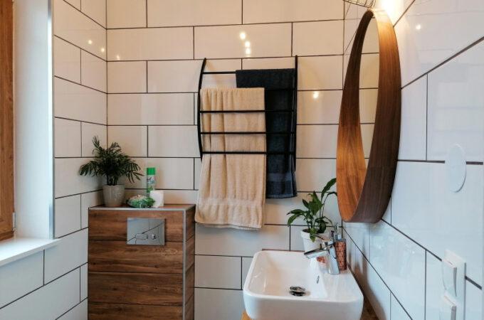Biel i drewno w łazience z prysznicem