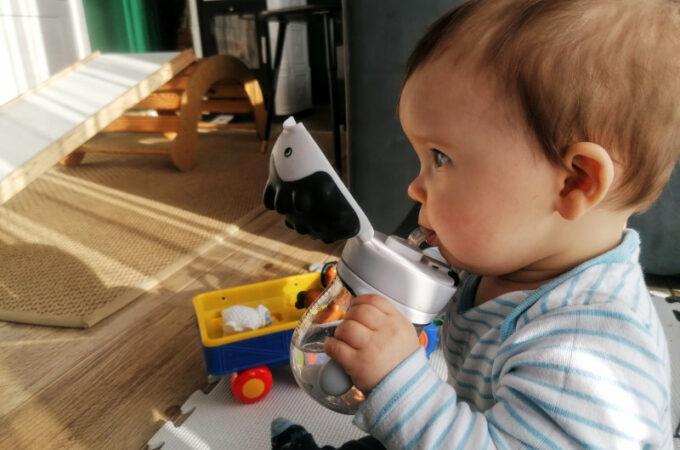 Jak nauczyć dziecko pić wodę z bidonu ze słomką?