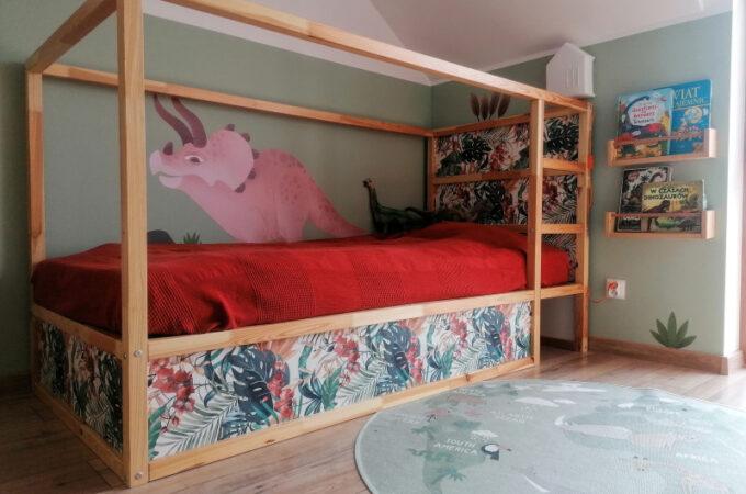 Dino pokój dla rodzeństwa. Metamorfoza łóżka Ikea Kura. Girlanda dinozaury do pobrania.