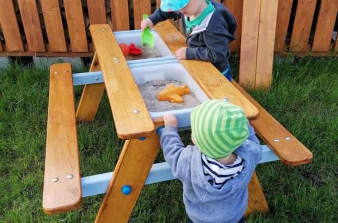 Dziecięcy stół piknikowy z kuchnią błotną. Jak zrobić ogrodowy stolik 2w1 z piaskownicą